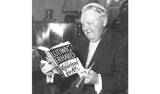 |1957年艾哈德出版了《大众福利》