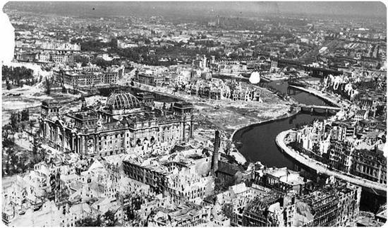 | 在二战后只剩一片废墟的柏林