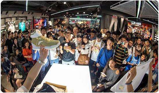 |2018年3月5日,安踏集团限量篮球鞋——KT3—Rocco在美国限量销售。