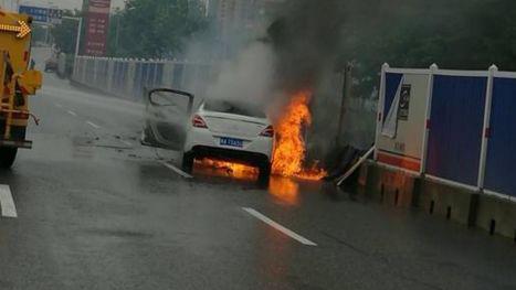东风标致汽车又自燃:高速行驶中车头突然冒烟烧毁