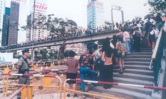 排隊認籌新盤灝景灣的人群,香港,1997年