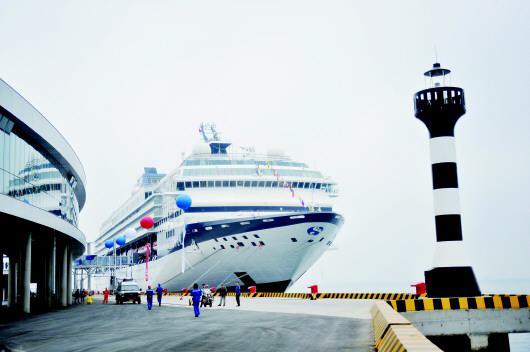 利用邮轮母港带来的人流信息流,青岛市市北区分别打造休闲游憩文化体验带、蓝色经济高端商务带。(□CFP供图)