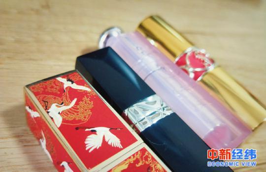 """""""口红会迟到但不会缺席"""" 品牌跨界为啥都瞅准美妆?"""