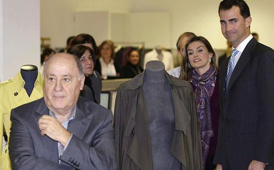 奧爾特加陪同西班牙王室成員參觀工廠