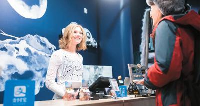 芬兰罗瓦涅米的礼品店内,中国游客正在使用支付宝付款