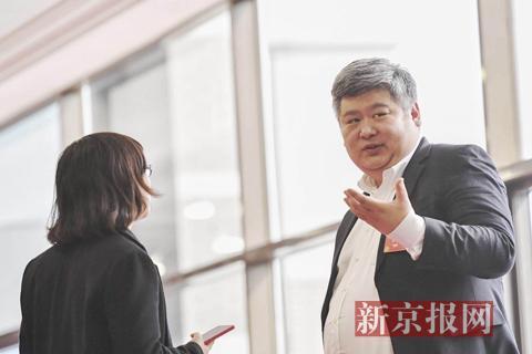全国政协委员、北大光华管理学院副院长金李接受记者采访。新京报记者陶冉摄