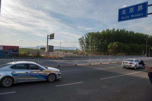 2016年4月16日,一辆无人驾驶汽车从107国道驶入北京。新华社记者 刘潺 摄