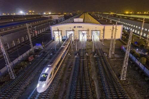 12月6日,西成高铁西安首发的D4251次列车从西安动车段驶出。