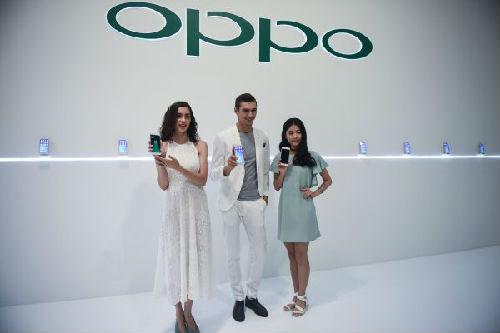 资料图片:OPPO发布新款手机R11。新华社