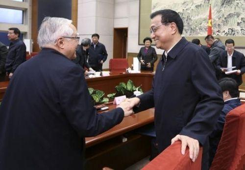 ▲李克强与吴敬琏握手