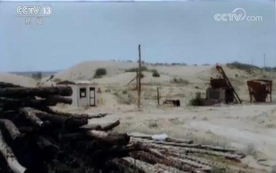 当年菠萝井田煤田的照片。如今这块煤田还空闲在毛乌素沙漠,一点也没开采。