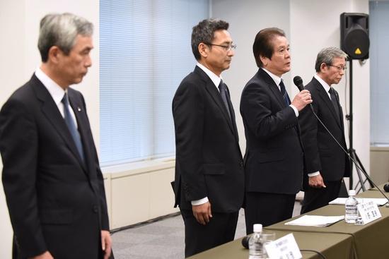 2017年11月24日,三菱承認産品數據存在作假后,三菱材料董事總經理竹內章(右二),三菱材料執行副總裁小野直樹(左二),三菱電線工業總裁Hiroaki Murata(右一)和三菱伸銅總裁Kazumasa Hori(左一)在東京舉辦的發布會上公開道歉。11月24日,三菱材料承認産品數據造假后,股價下跌超過8%,三菱也是多家承認産品質量控制儲存在問題的日本大公司之一。KAZUHIRO NOGI AFP/Getty Images