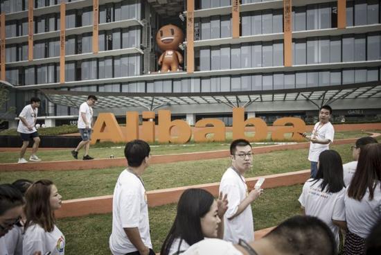 员工和访客漫步在阿里杭州总部