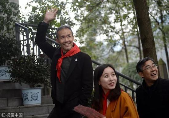 ▲2017年3月,四川绵竹,王石转身的一挥手 成都商报记者 王效/摄