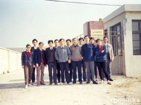 1990年,蒋锡培与范道电工塑料厂主要员工合影