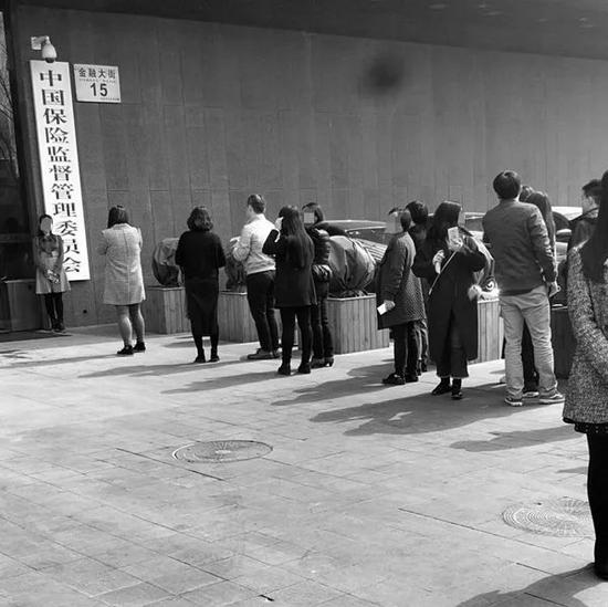 ▲金融大街15号成一景,众人竞相拍照留念