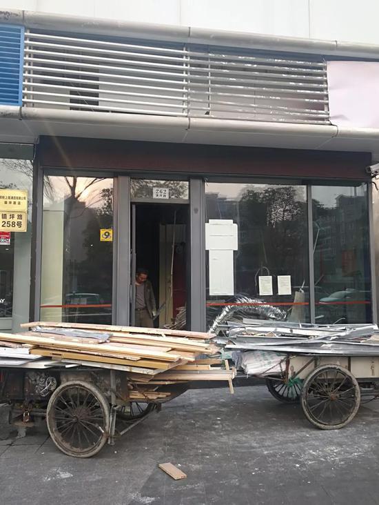 ▲工人正在拆除原银行网点的旧装潢。