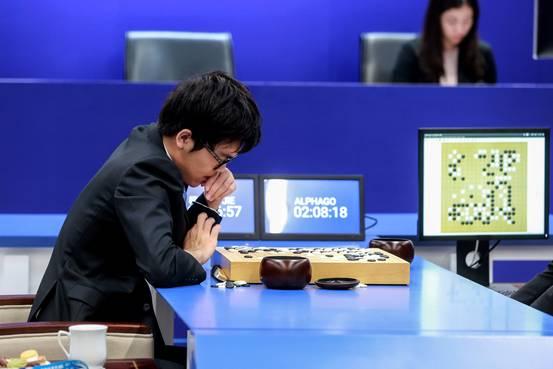 2017年5月25日,中国乌镇,棋手柯洁与AlphaGo对战。