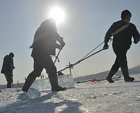 极寒气候采冰人日采90吨月入过万