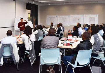 图:阿里巴巴集团董事局主席马云为来自非洲 7 国的创业者授课,「希望」,是马云告诉这些年轻人的第一个关键词