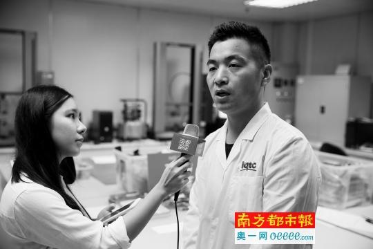 广东检验检疫技术中心纺织实验室工程师杨二涛接受采访。