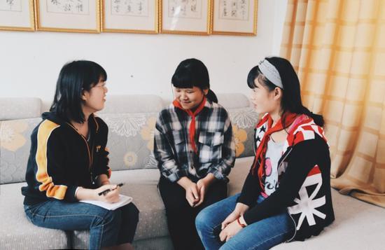 劳动小学学生阿于阿洛(右一)和阙红美(右二)
