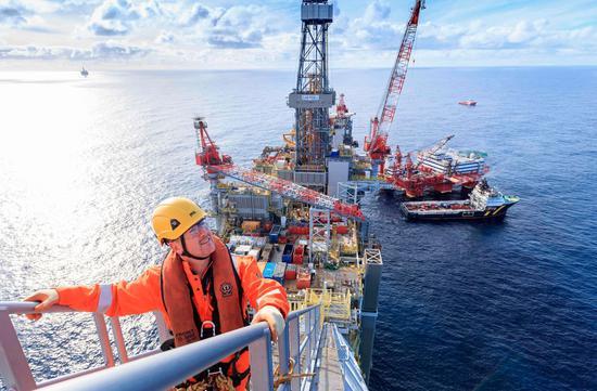 OPEC+达成缓步增产协议 原油期货周四收高