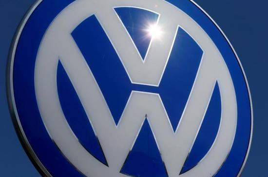 资料图片:2016年4月,德国沃尔夫斯堡,大众汽车总部的标识。REUTERS/Hannibal Hanschke