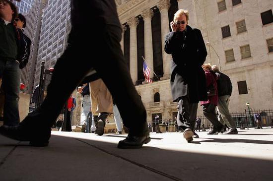 美国纽约,华尔街纽约证券交易所外的行人。视觉中国 资料图