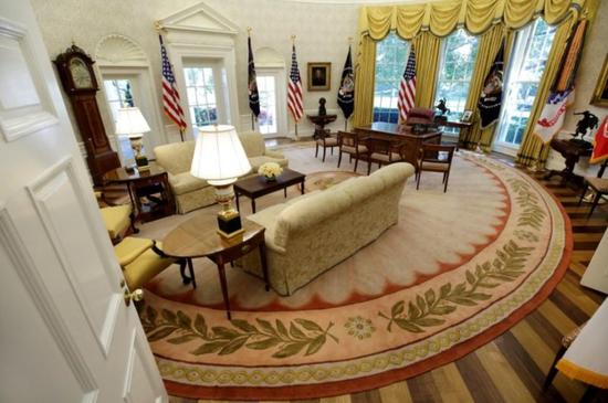 资料图片:2017年8月,美国华盛顿,白宫的总统办公室。REUTERS/Yuri Gripas