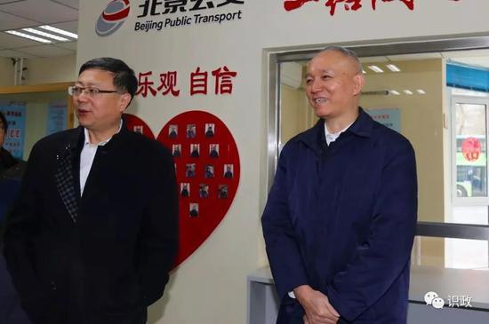"""""""长安街上,大红灯笼、中国结映衬出节日的喜庆"""
