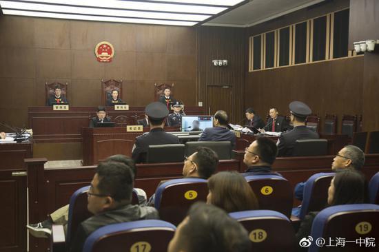 公诉人播放证人作证视频图