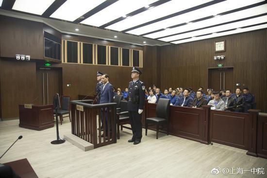 吴小晖出席法庭图