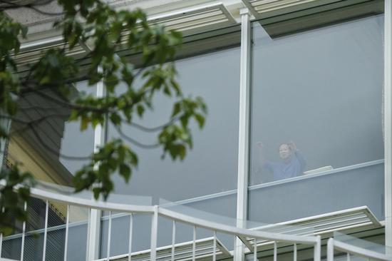 李嘉诚今晨在大宅窗前做早操。(张浩维摄)