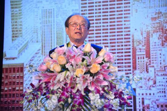 王连洲发表演讲。