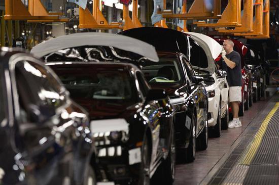新浪美股讯 北京时间14日早间消息,据国外媒体报道,汽车市场调查公司LMC Automotive预测,如果特朗普政府对进口钢铝征收的关税扩大到进口汽车,美国今年的新车销量最多可能下降200万辆。