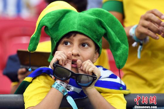 巴西小球迷滿臉期待。 中新社記者 田博川 攝