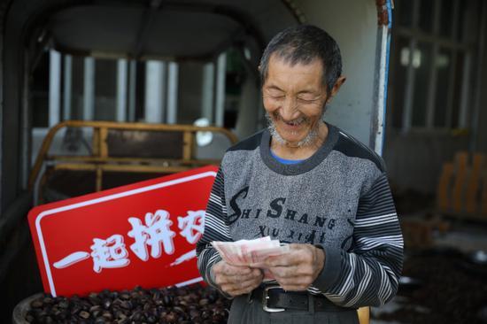 圖說:湖北大洪山板栗通過拼多多大賣,農戶喜笑顏開