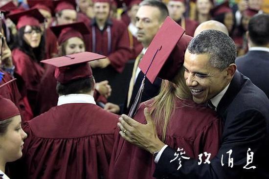 2012年奧巴馬在大學畢業典禮上擁抱學生