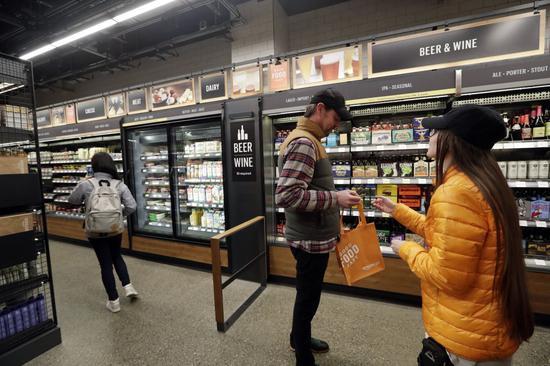 亚马逊也在测试名为Amazon Go的无人收银便利店。 图片来源:ELAINE THOMPSON/ASSOCIATED PRESS