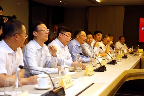 茅台集团党委书记、董事长、总经理李保芳在座谈会上发言(左四)