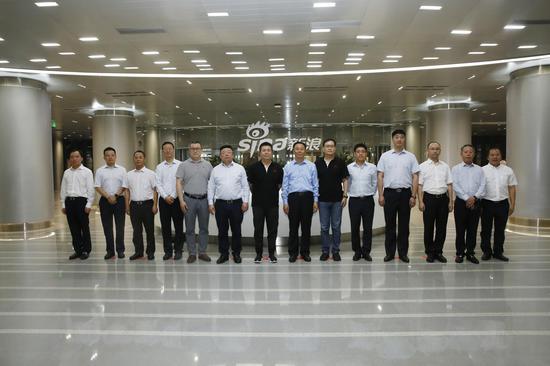 茅台集团党委书记、董事长、总经理李保芳一行在新浪总部大厦合影留念