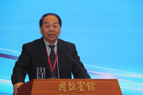 中国经济体制改革研究会副会长赵艾主持论坛