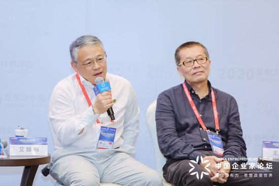 拉善SEE生态协会会长、武汉当代科技产业集团股份有限公司董事长艾路明(左一)