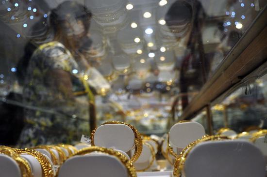 强劲数据与美元施压 周四黄金白银期货均下跌2.4%