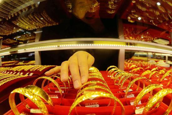 周三黄金期货收高0.1% 白银期货涨1.8%