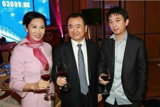 万达电影复牌跌停:承认王健林和他媳妇是一致行动人