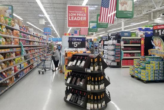 資料圖片:2018年6月,美國喬治亞州,一名顧客在沃爾瑪超市內購物。REUTERS/Nandita Bose