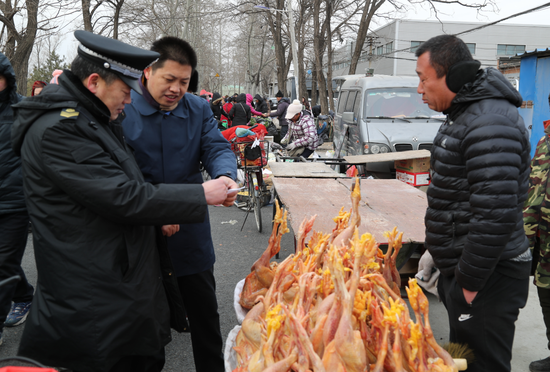 执法人员对农村集市食品开展执法检查。北京市农业农村局 供图