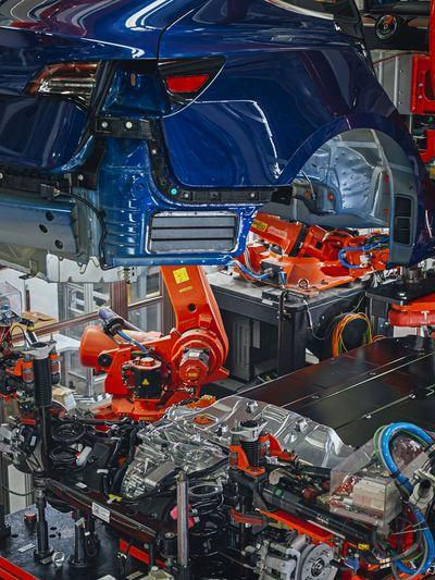 Model 3組裝線上的汽車底盤